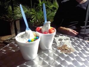 Мороженное с фруктами и M&M's, $13