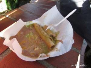 Мексиканский такитос с соусом из бобов и авокадо