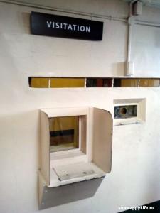 Через такие окошки проходили свидания заключенных с посетителями